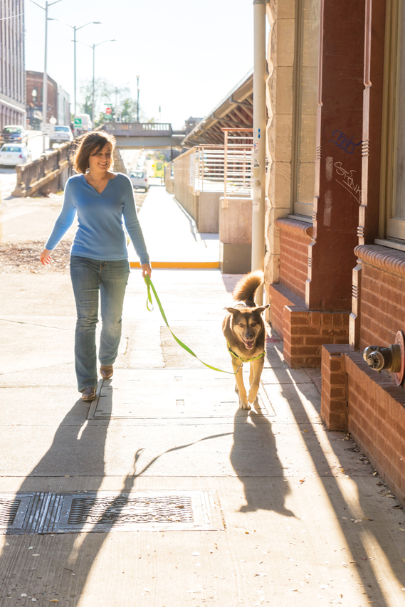 DLX-EWH_APL_Lifestyle_woman and dog_8993